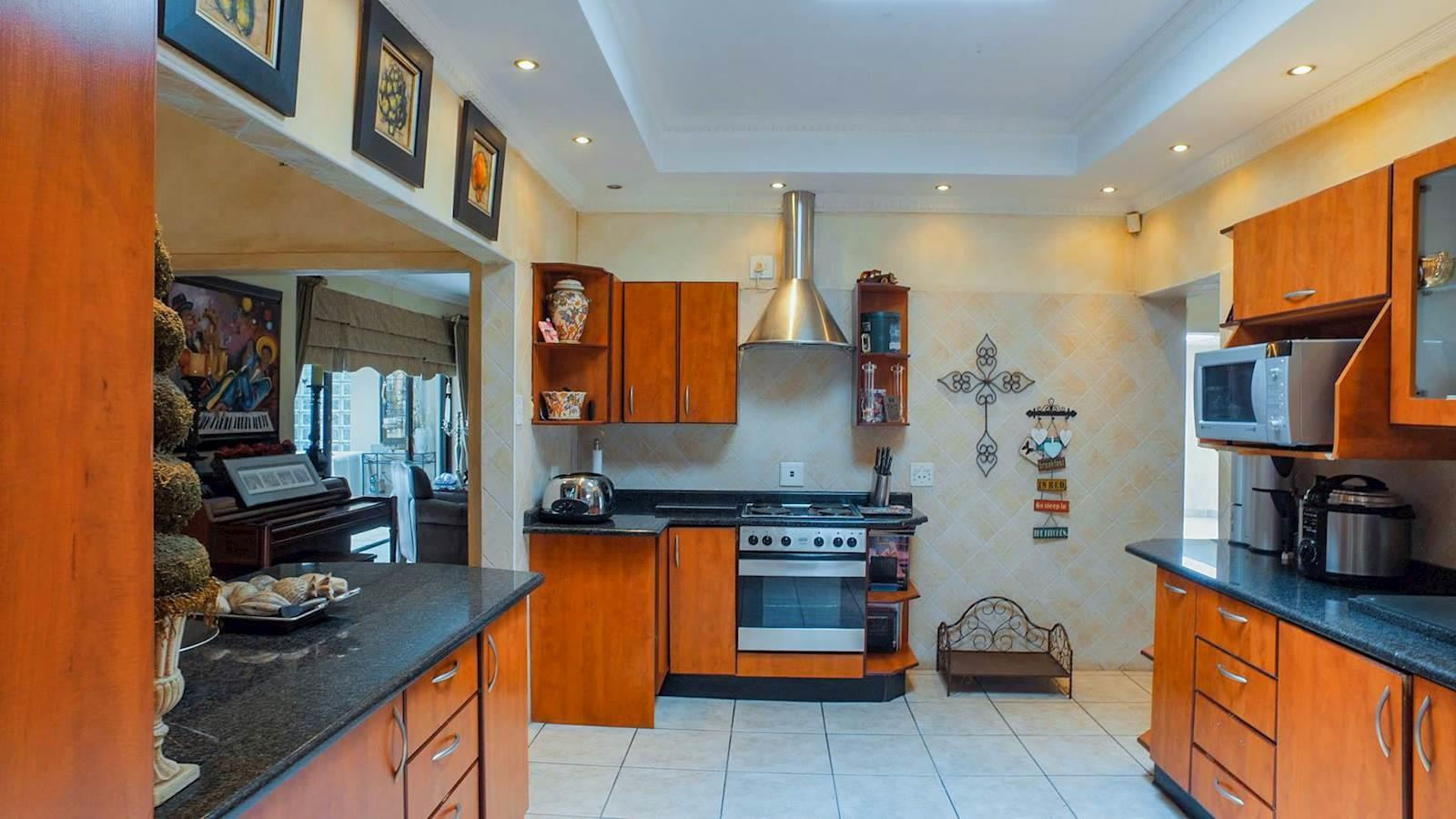 Northcliff property for sale. Ref No: 13440137. Picture no 8