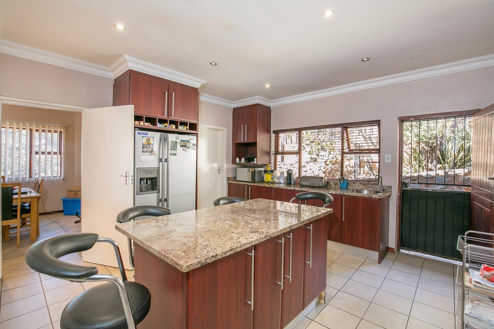 Glenvista property for sale. Ref No: 13524495. Picture no 8