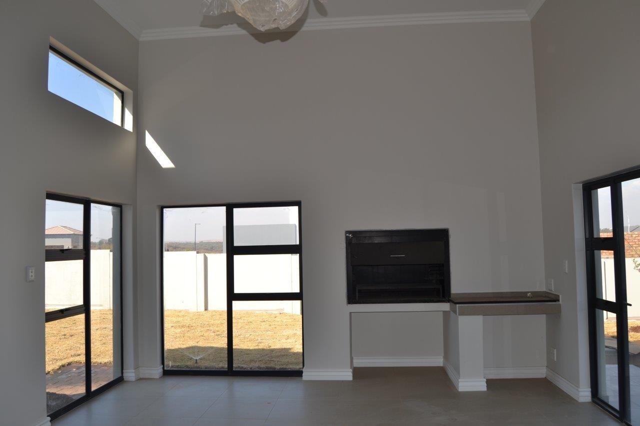 Midstream Ridge Estate property for sale. Ref No: 13500360. Picture no 27