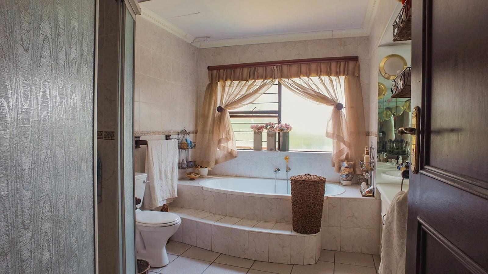 Northcliff property for sale. Ref No: 13440137. Picture no 12