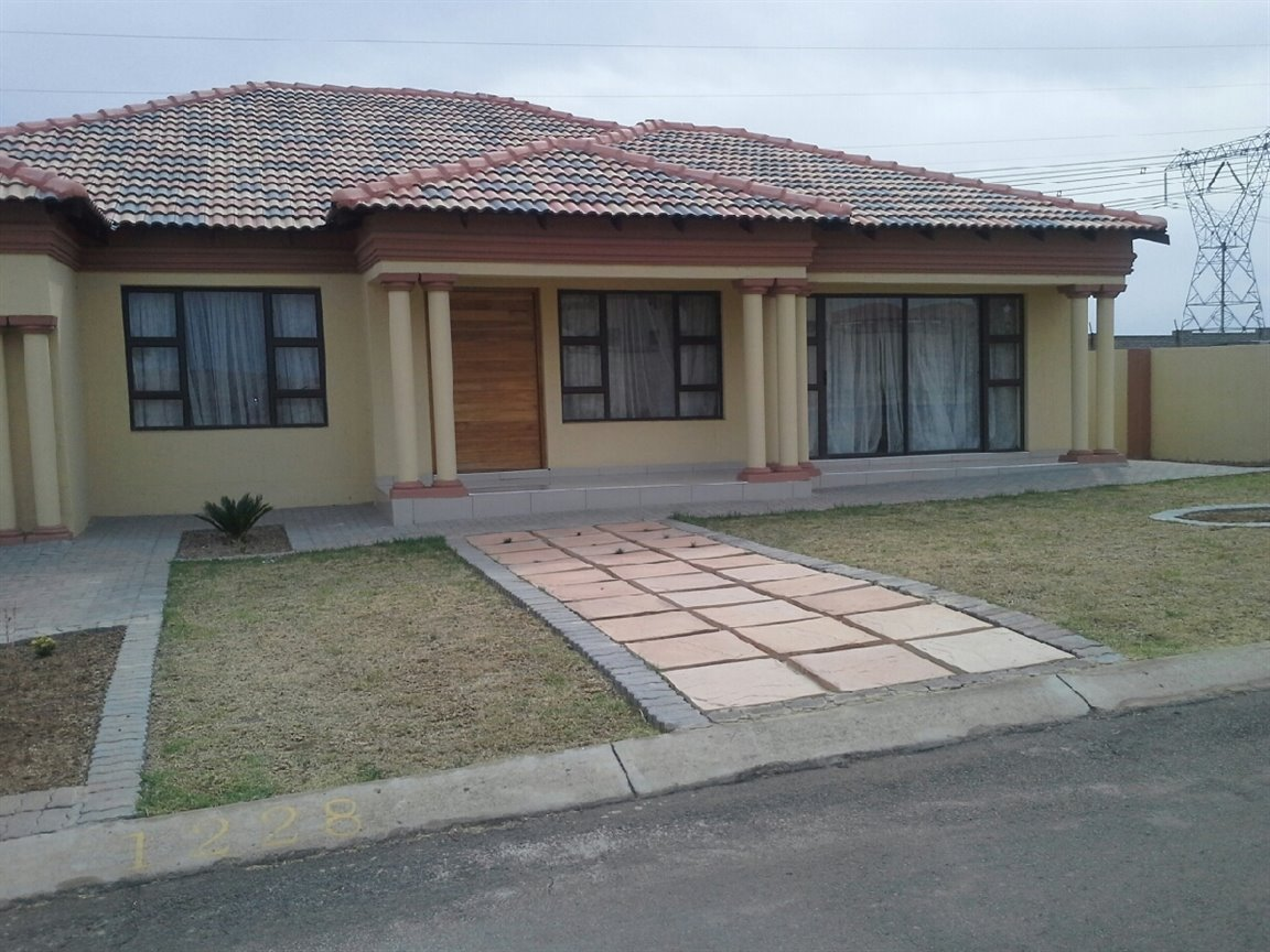 Three Rivers East property for sale. Ref No: 13276344. Picture no 1