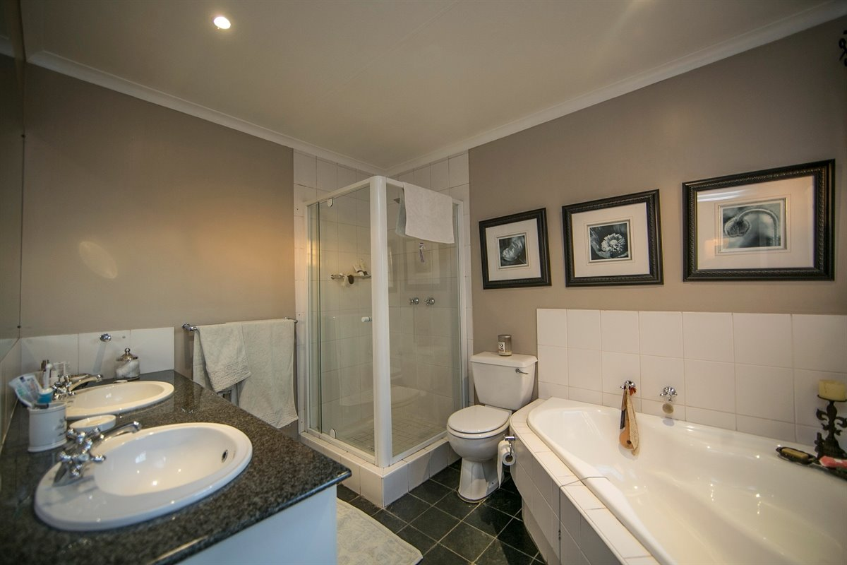 Fourways property for sale. Ref No: 13450350. Picture no 17