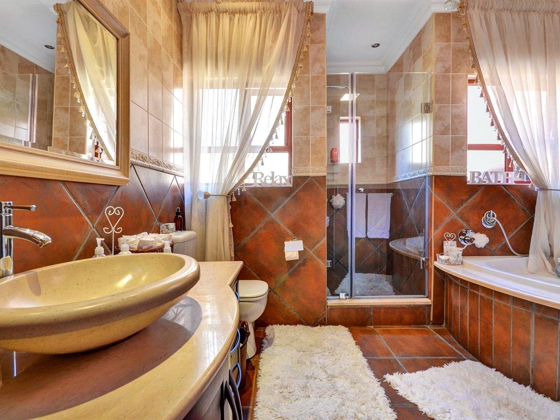 Glenvista property for sale. Ref No: 13390499. Picture no 15