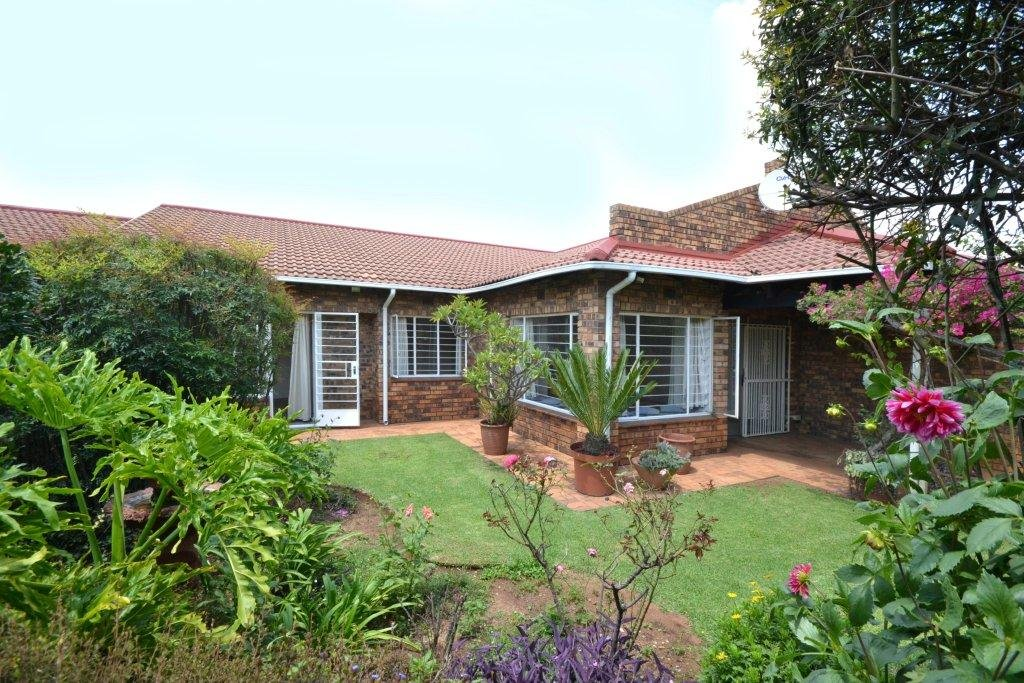 Property and Houses for sale in Randpark Ridge, Townhouse, 3 Bedrooms - ZAR 1,620,000