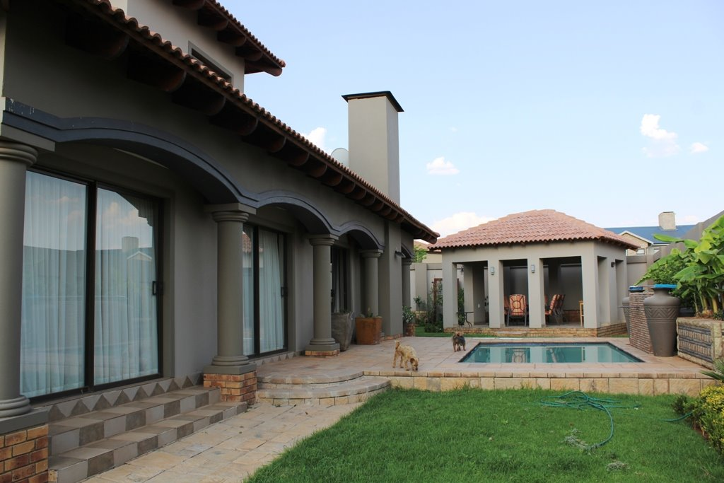 Tuscany Ridge property for sale. Ref No: 13388099. Picture no 2