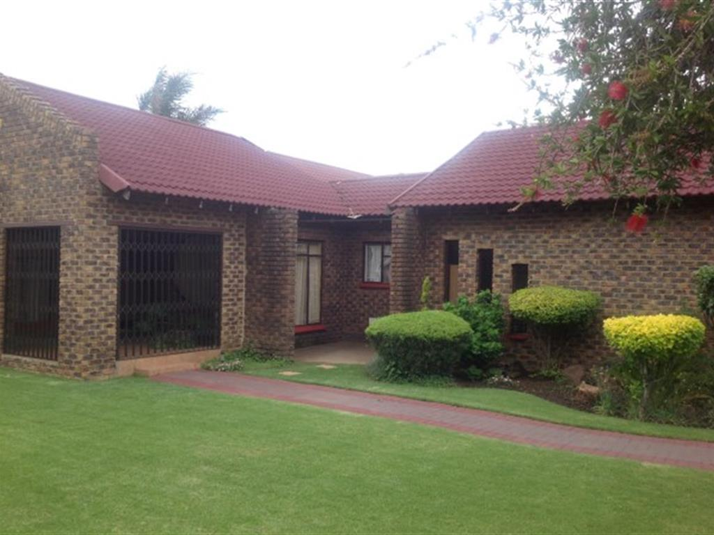 Falcon Ridge property for sale. Ref No: 12729102. Picture no 1