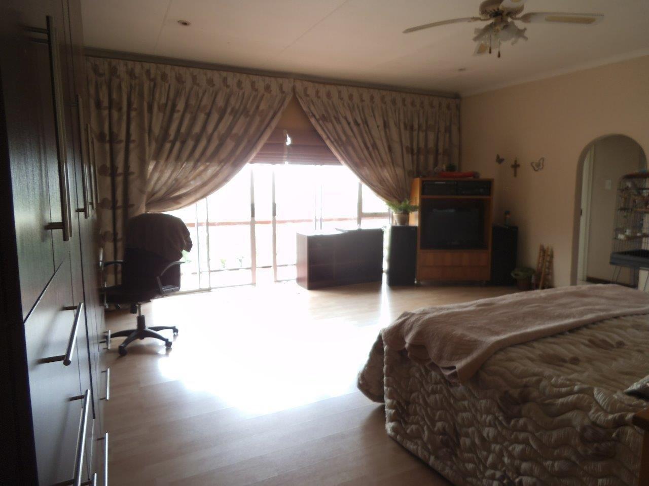 Glenvista property for sale. Ref No: 13624500. Picture no 34